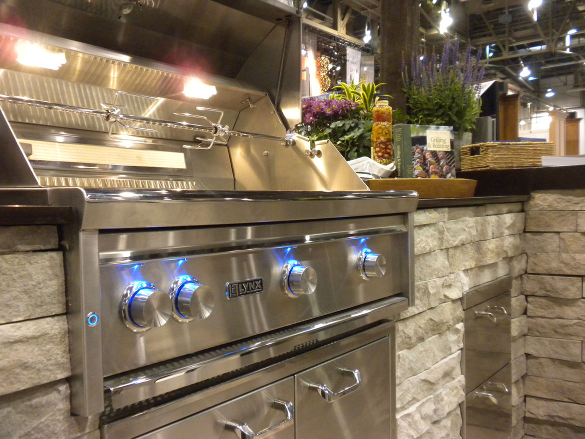 "El Dorado Stone collaborates with grill maker <a href=""http://www.lynxgrills.com/"">Lynx</a>, whose product is shown here."