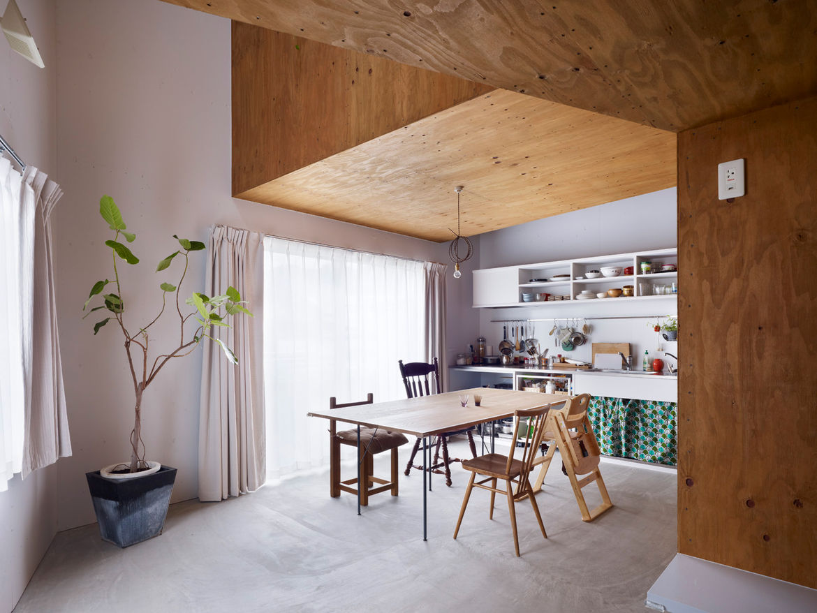 The open spaces in the interior, such as the kitchen, are akin to shady places under a tree. The table was designed by Tanijiri to be a place where the family can eat and doubles as a ping pong table.