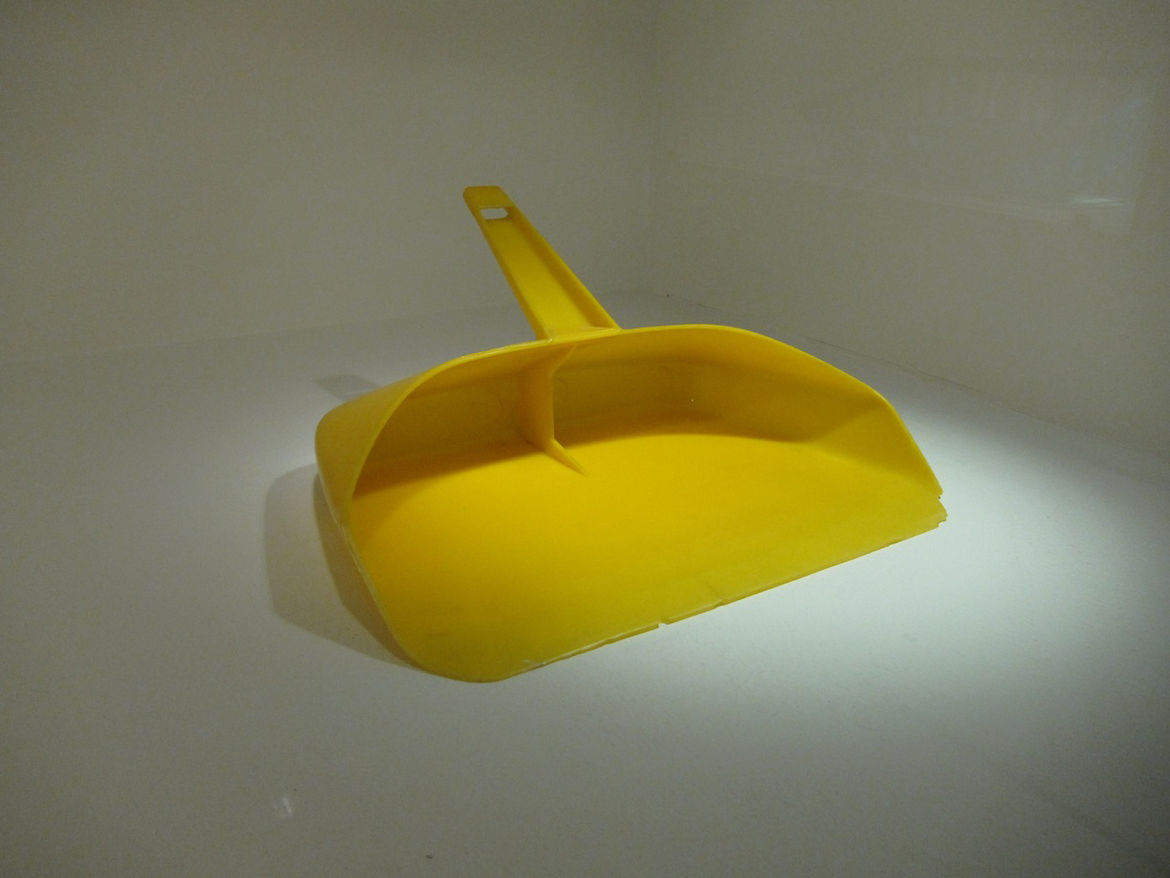 Having produced an array of lab ware, in 1955 Kartell was among the first companies to introduce plastic products to the home environment. The KS 1067 dustpan by Gino Colombini was among their first.