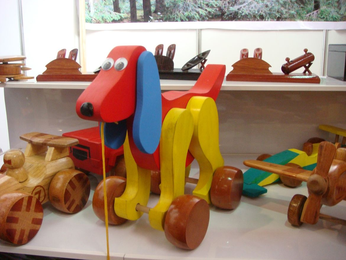 "A playful toy dog by <a href=""http://www.mueblescasas.com/"">Muebles Casas</a>."