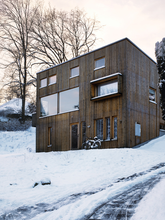 The facade is punctured by a variety of differently sized windows: Those flush to the wall indicate the house's public rooms, while the those for the private spaces are set back.
