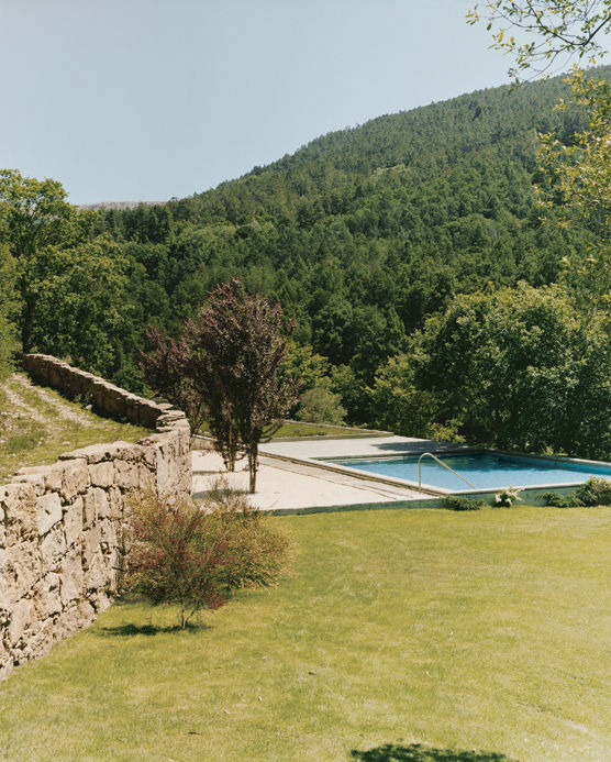 The Valley House flows down along the site, integrating smoothly into the sloping hills. A view from the rambling path behind the house gives a clear view of the green roof and the not-so-green swimming pool on top of it.