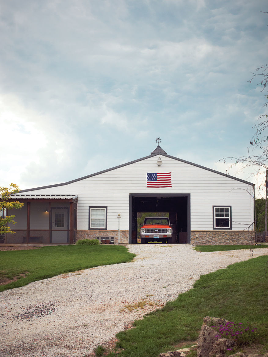Modern barnhouse with carport and driveway