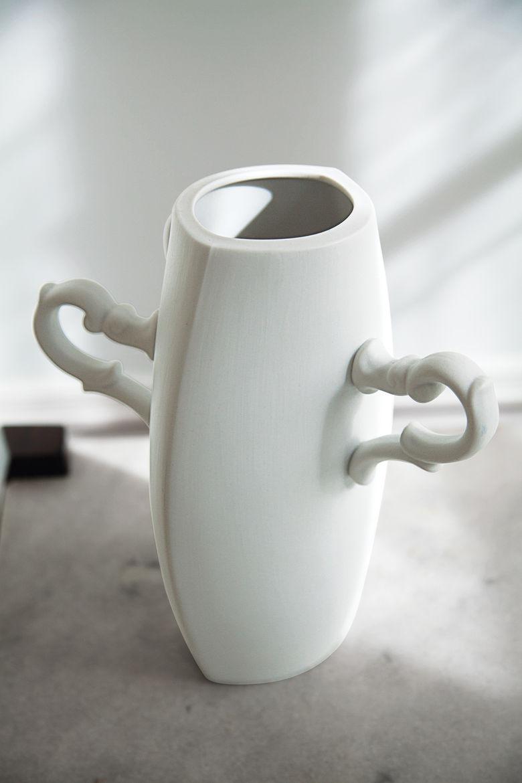 Ceramic vase by Estudio Manus