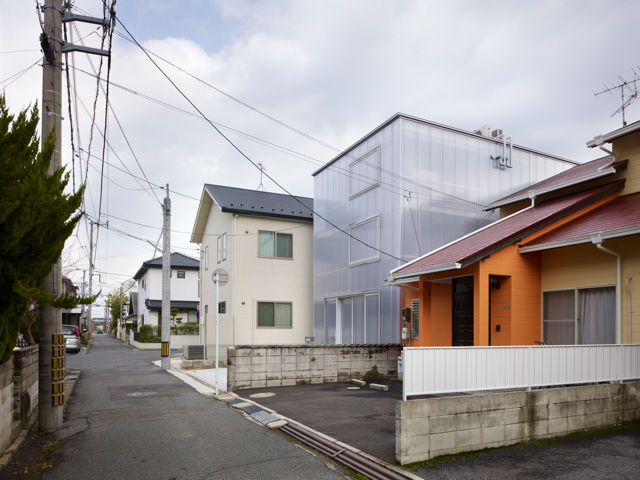 Polycarbonate plastic walls in milky white for a house in Japan by Suppose Design Office