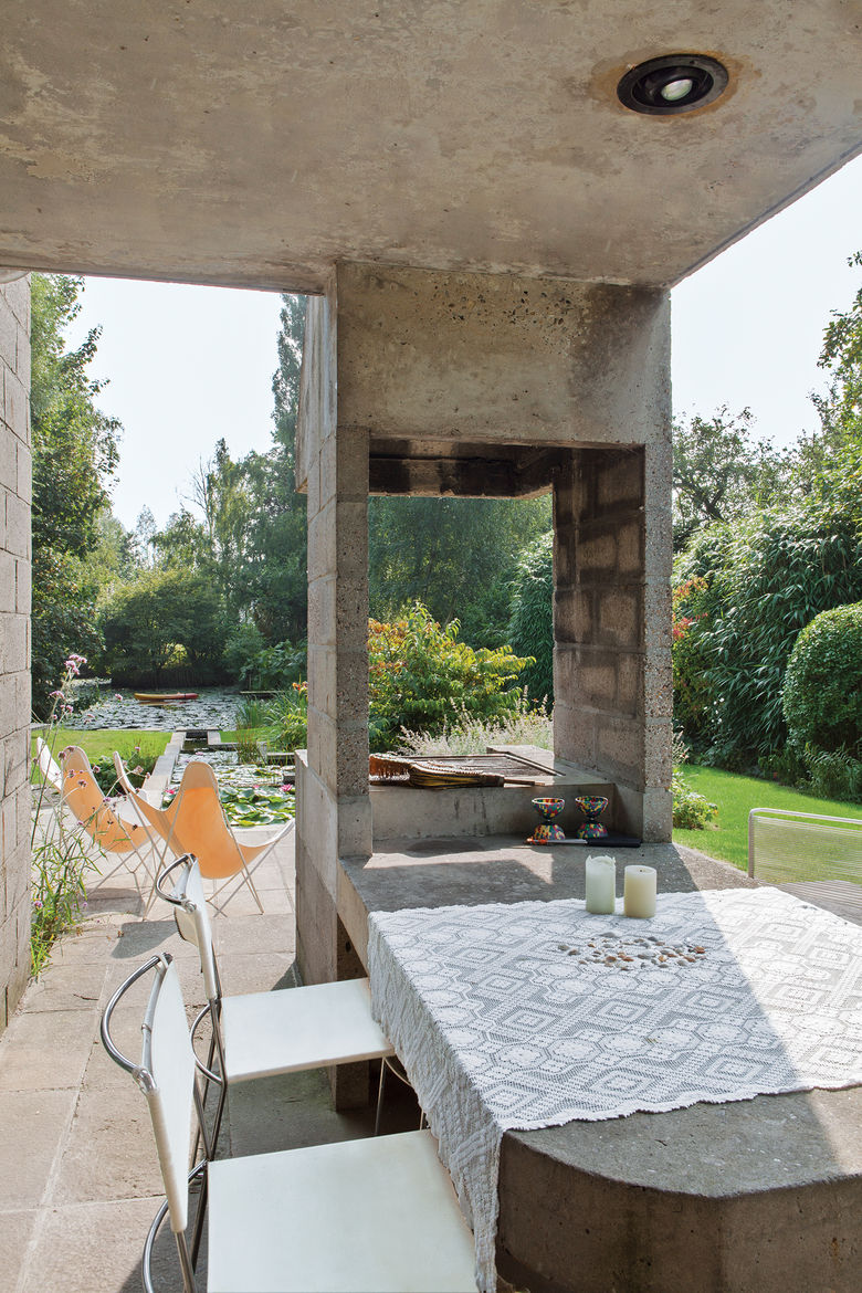 terrace with a built-in concrete table and barbeque