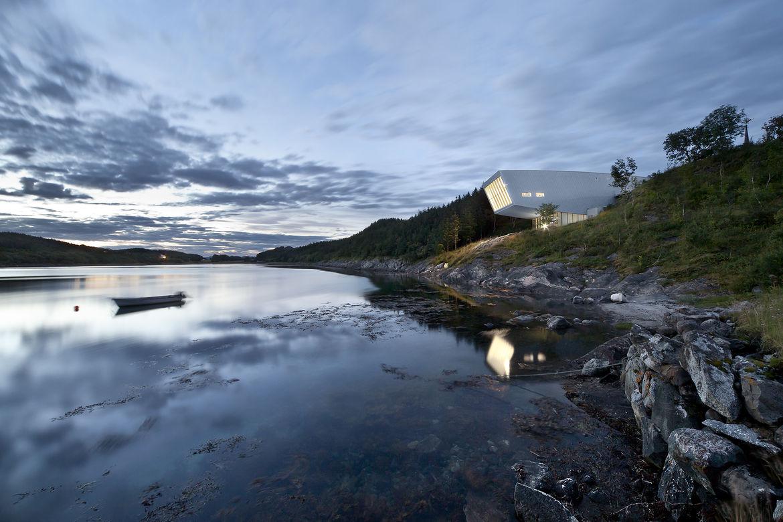 Cantileverd structure over Norwegian river