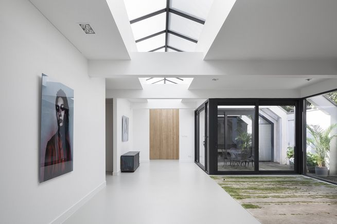 i29 Amsterdam Renovated Garage with enclosed patio and skylights