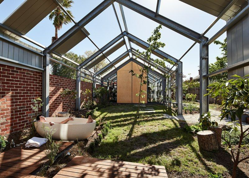 Cut Paw Paw house in Australia with garden and bathtub