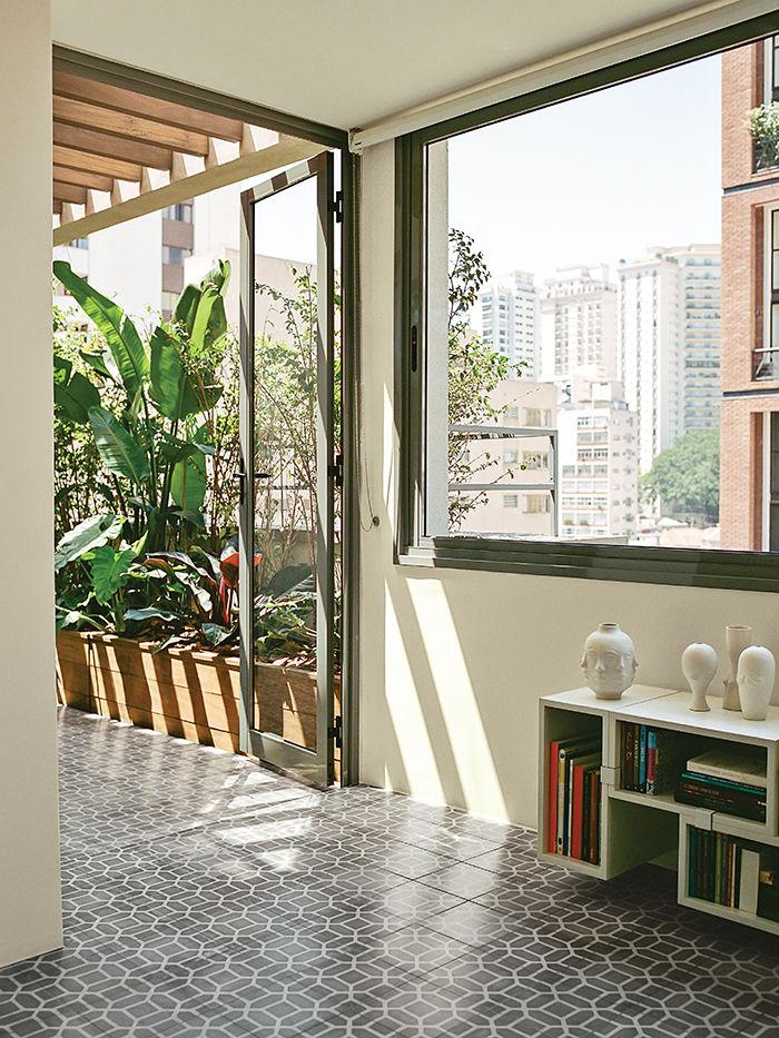 São Paulo apartment dining room with Muuto shelf system