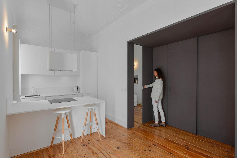 Casa Na minimalist kitchen with a gray sliding wall.