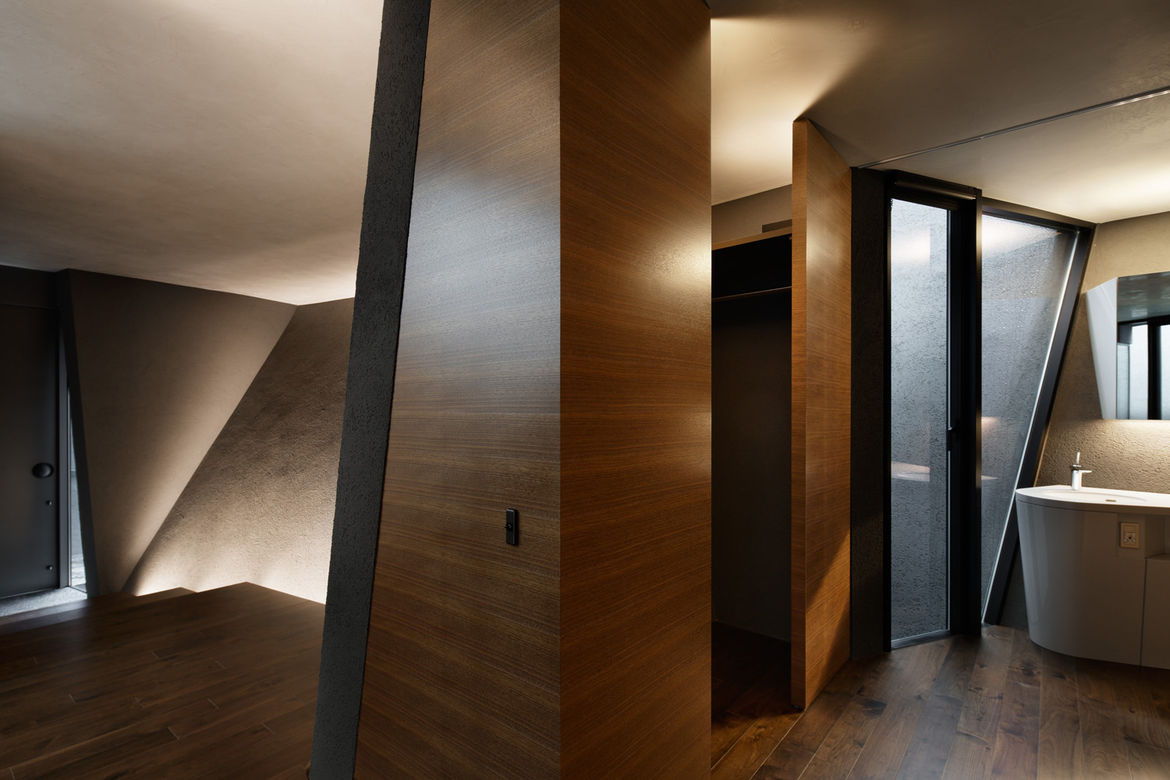 Bathroom with TOTO and CERA fixtures in Tokyo home by Artechnic.