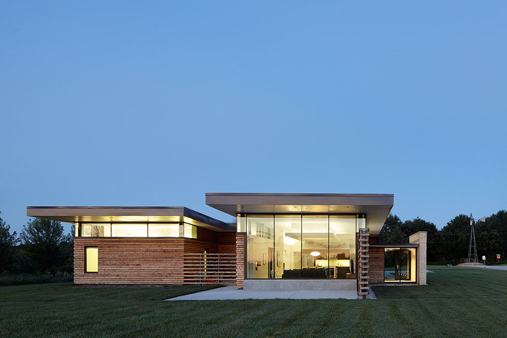 A Missouri house with clerestory windows and a cantilevered roof