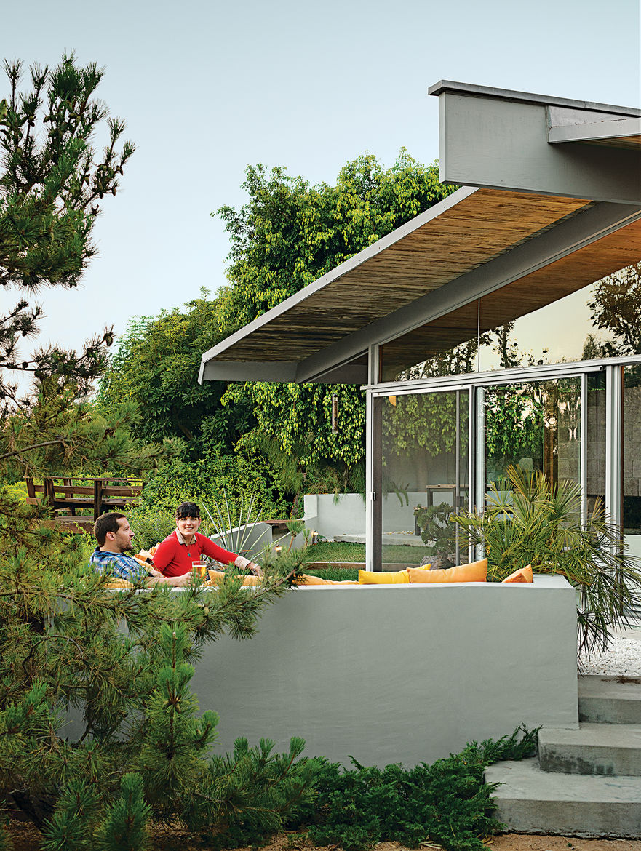 modern dwellings kalmic house quincy jones outdoor deck pillows