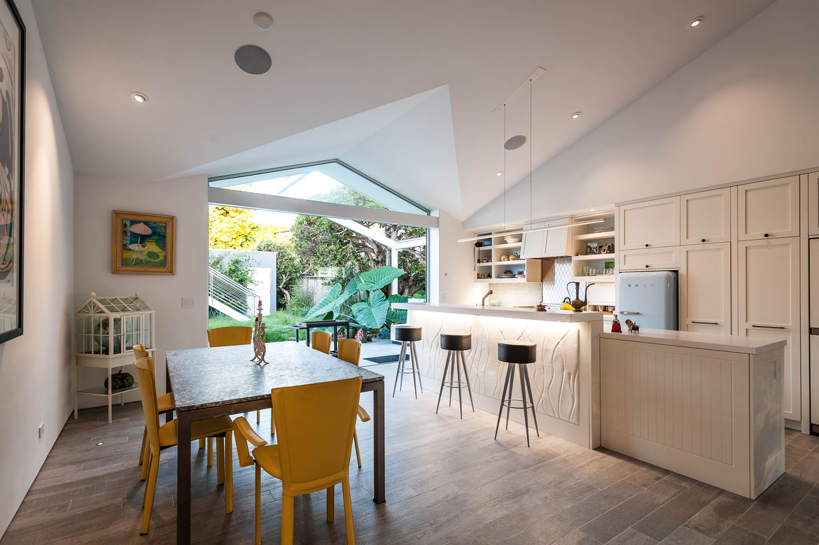 Indoor-outdoor kitchen, patio, dining area of San Diego renovation by Architects Magnus.