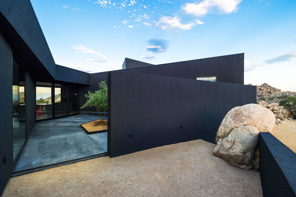 Side courtyard at the Yucca Valley house